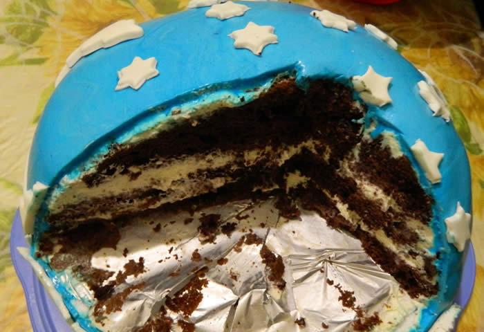 torta al cioccolato con glassa celeste