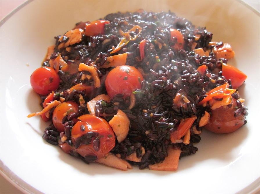 riso venere salmone affumicato pomodorini